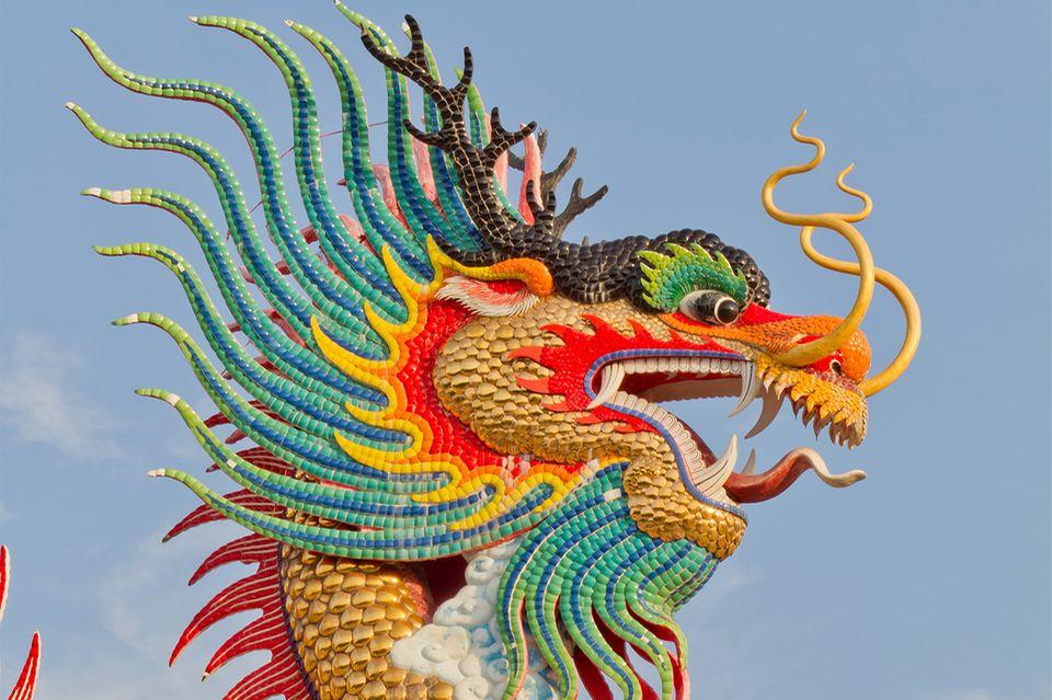 Chinesischer Drache vor blauem Himmel