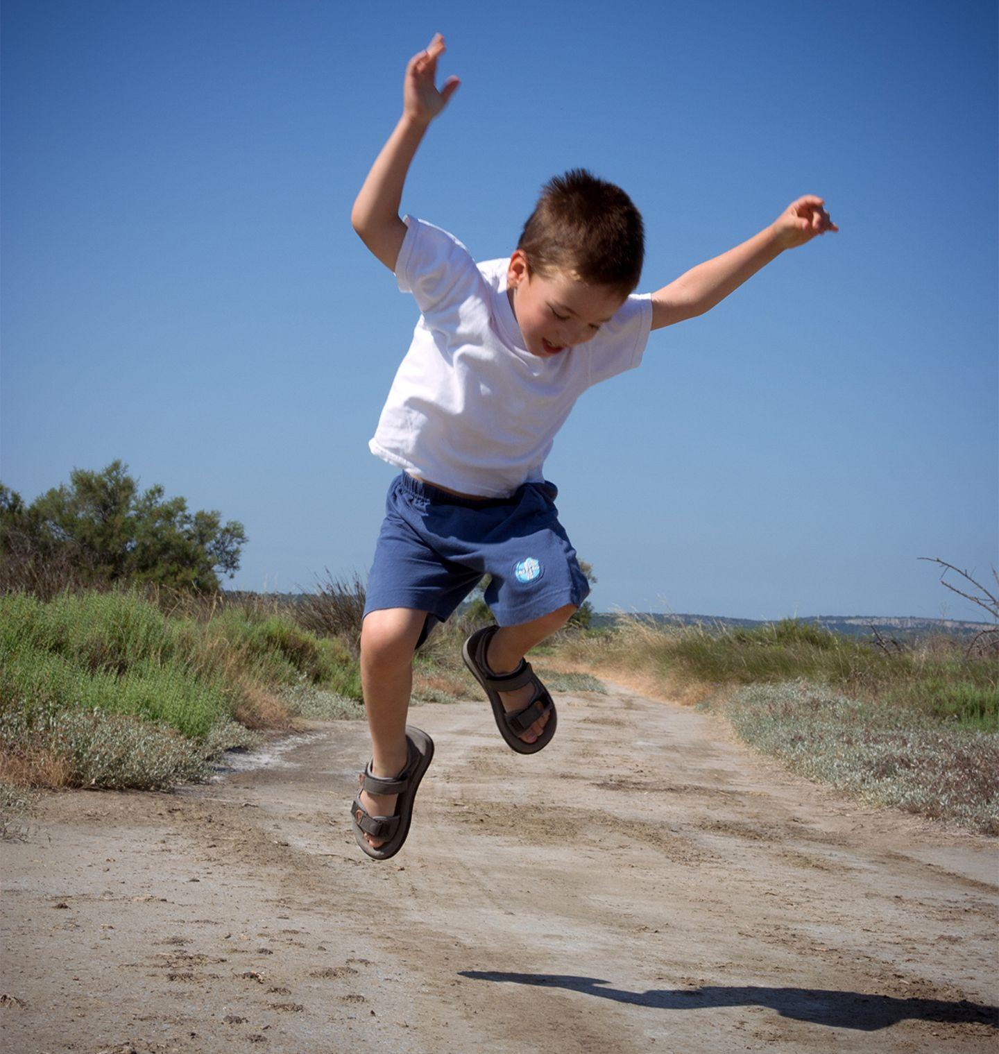 """Ein kleiner Junge springt """"im Dreieck"""""""
