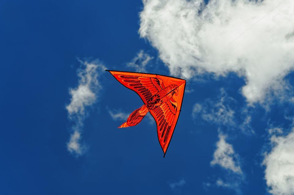 Flugdrachen aus Holz fliegt am Himmel