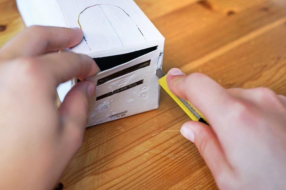 Für die Laterne den Karton anmalen und Farbe trocknen lassen
