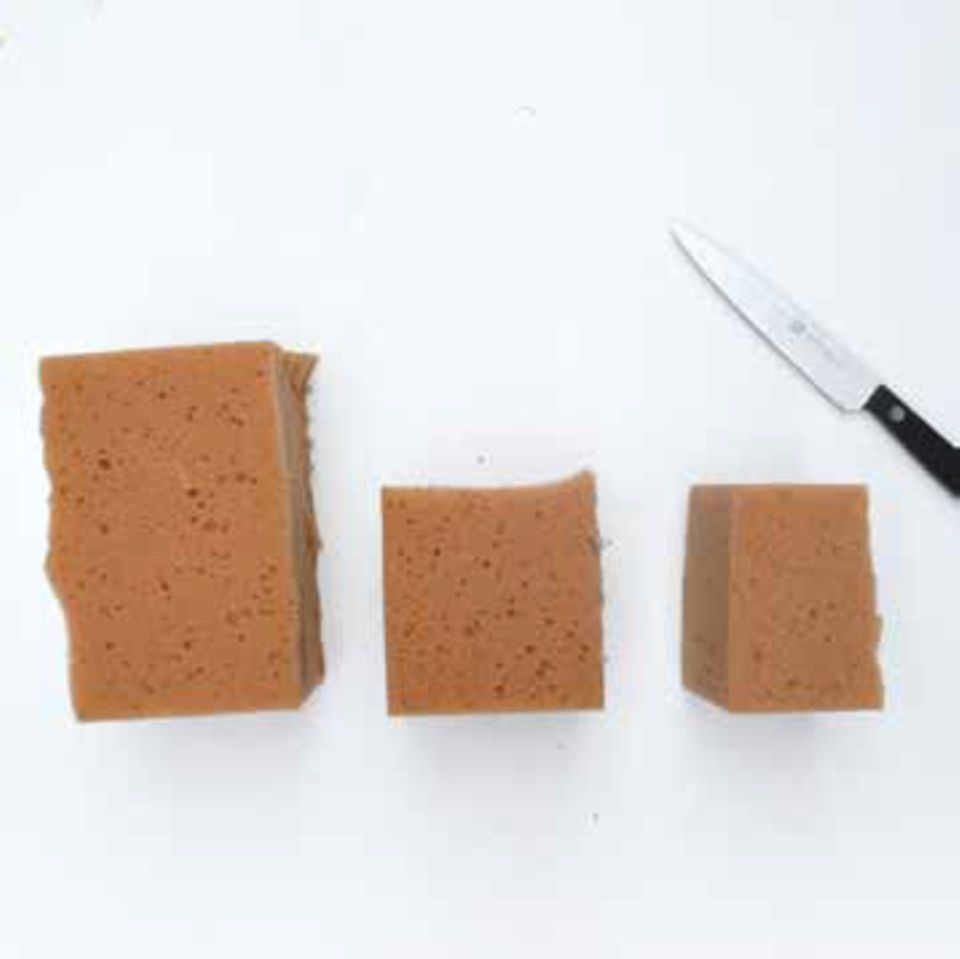 Schwamm in drei Stücke schneiden