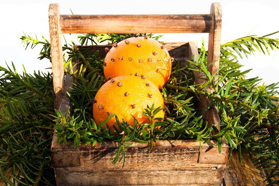 Orangen mit Nelken versprühen einen weihnachtlichen Duft