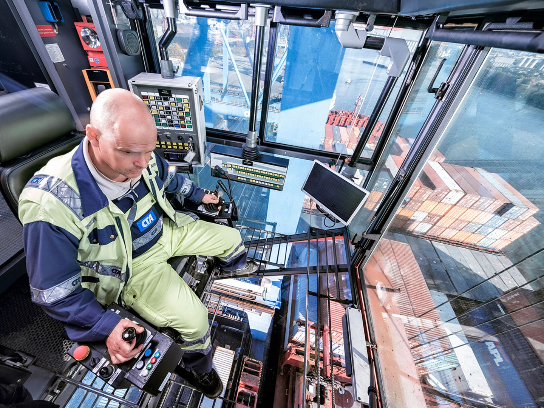 Containerbrückenfahrer Jörg Klein in der Kanzel einer Containerbrücke