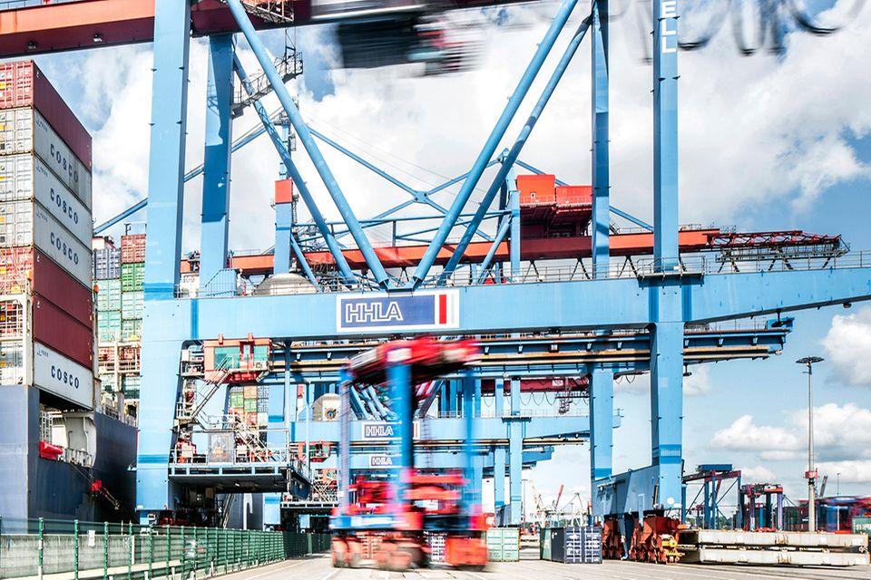 Containerbrücke fertigt ein Großschiff ab