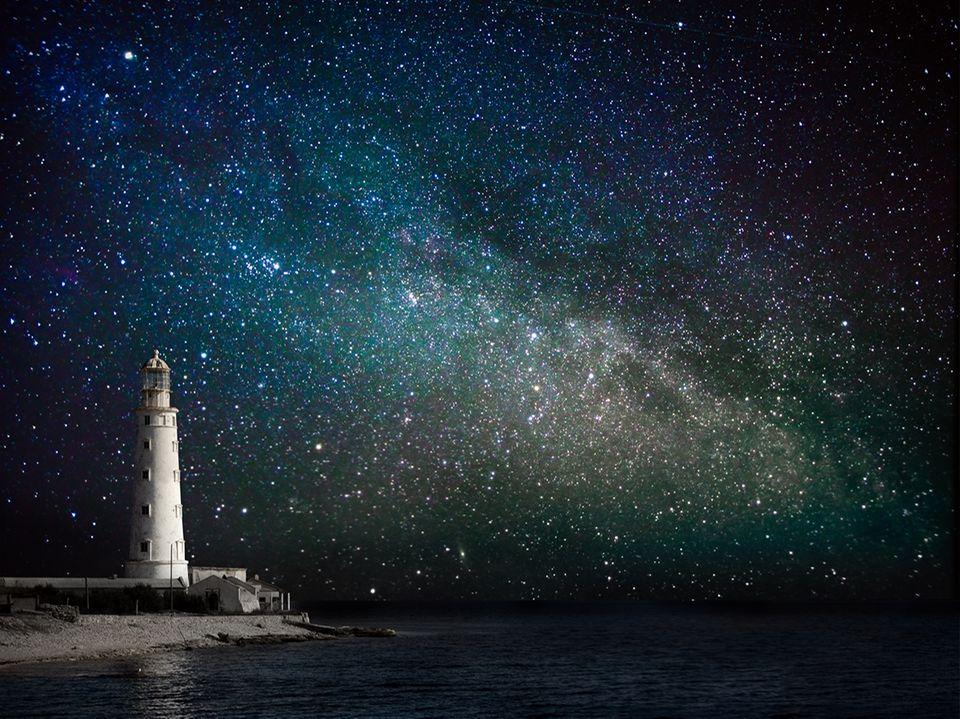 Leuchtturm bei Nacht unter dem Sternenhimmel