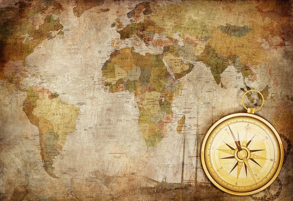 Alte Seekarte mit goldenem Kompass