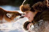 Füchsin Sophie leckt einer Frau die Nase