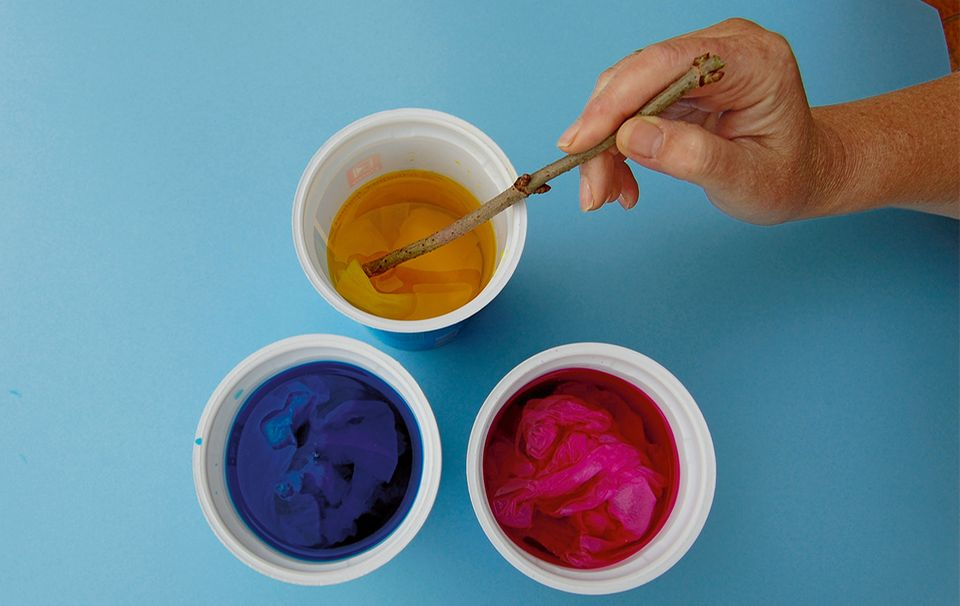 Mit Krepppapier gefärbtes Wasser