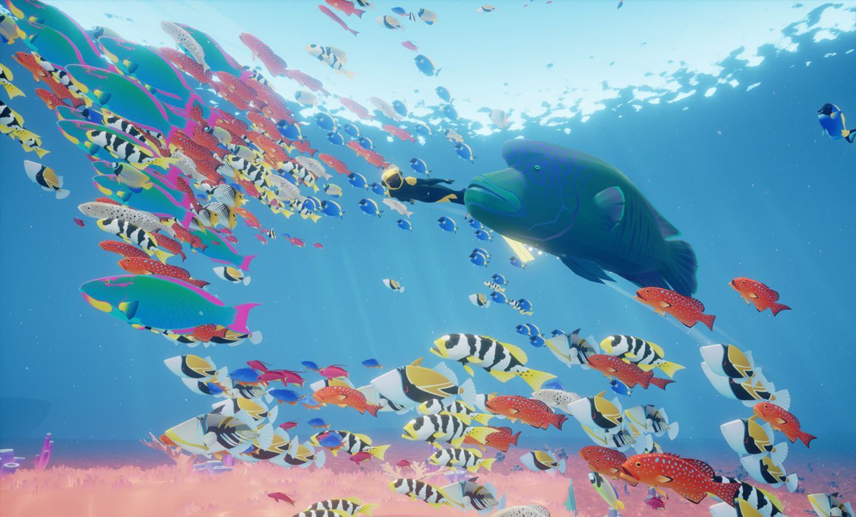 Taucherin Abzu im Ozean im Fischschwarm