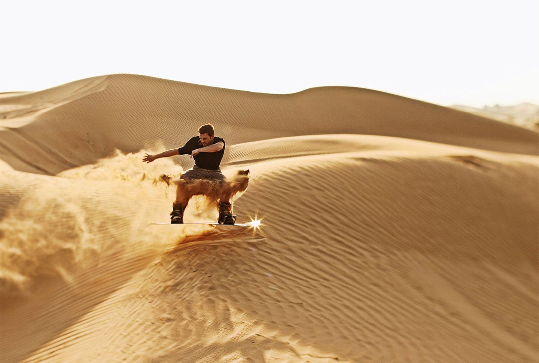 Sandboarden in der Wüste