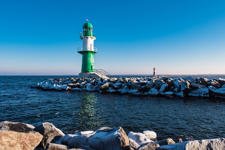 Grün-weißer Leuchtturm an Land