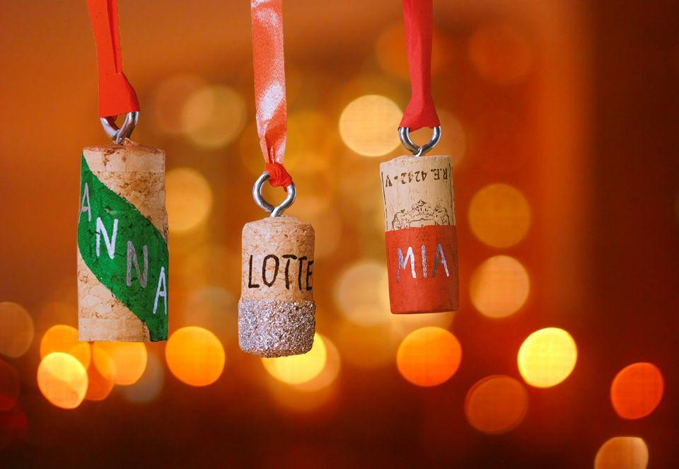 Geschenkanhänger aus Korken basteln