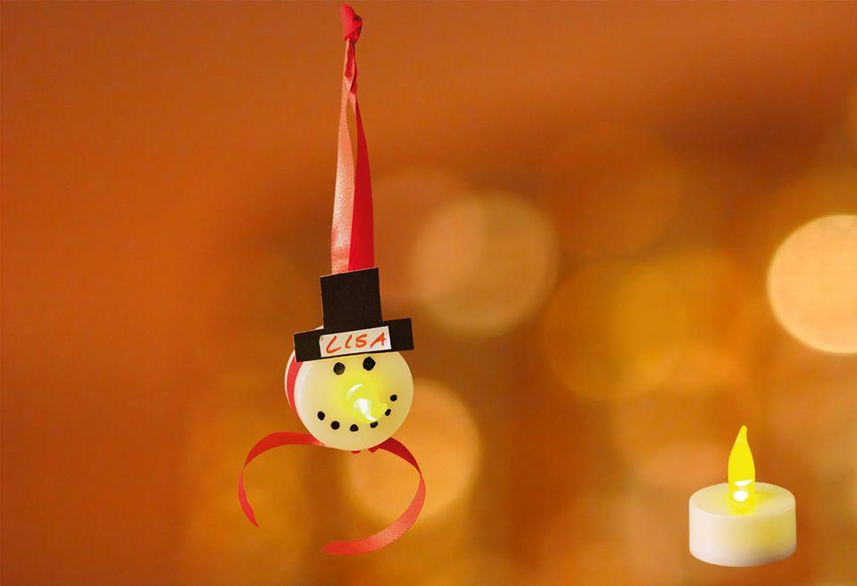 Geschenkanhänger mit LED-Teelichtern basteln