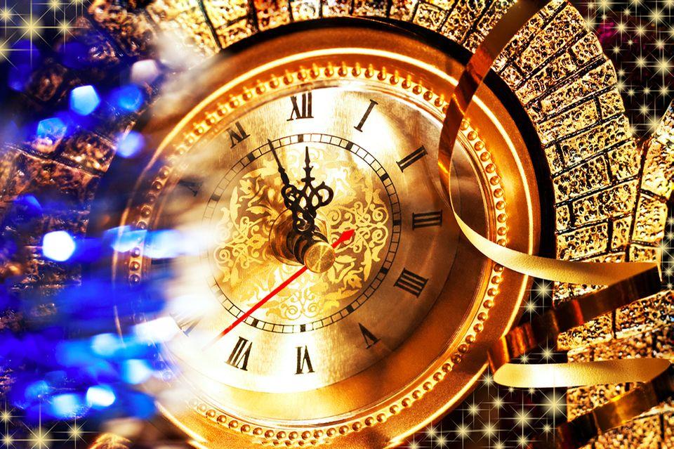 Die Uhr an Silvester zeigt kurz vor zwölf
