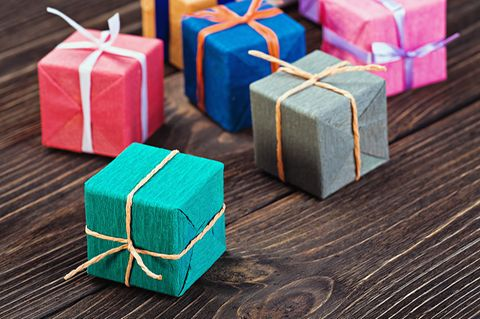 Bunte Geschenke auf Holz
