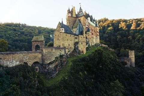 GEO EPOCHE PANORAMA: Verborgen in einem Seitental der Mosel erhebt sich Burg Eltz. Seit 850 Jahren ist das Bollwerk, das die Jahrhunderte unbeschadet überdauert hat, im Besitz derselben Familie