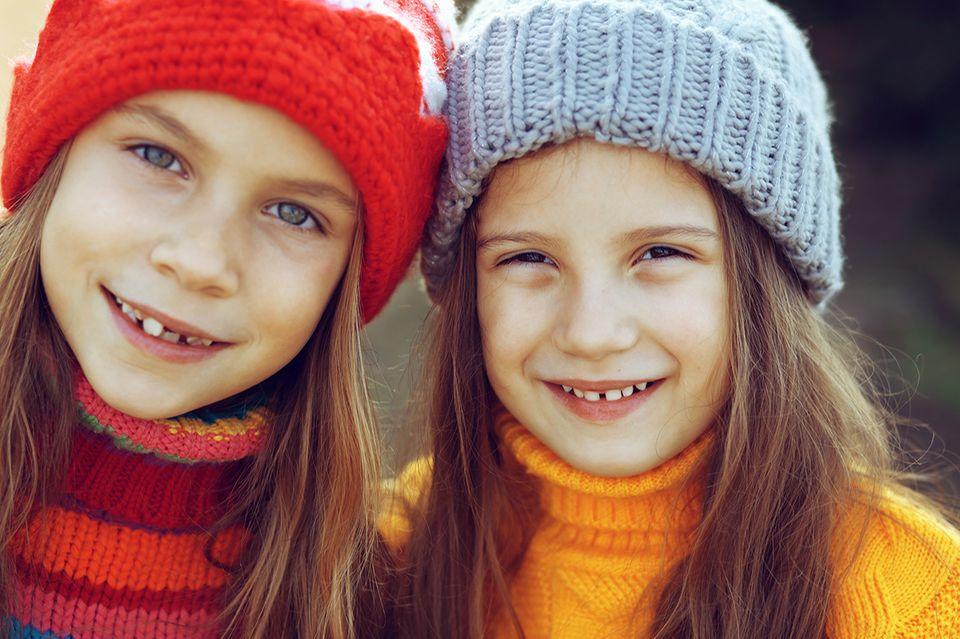 Mädchen mit Strickmützen