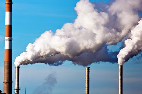 Kohlendioxid wird durch die Industrie in die Luft geblasen