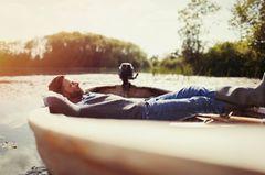 Mann im Ruderboot