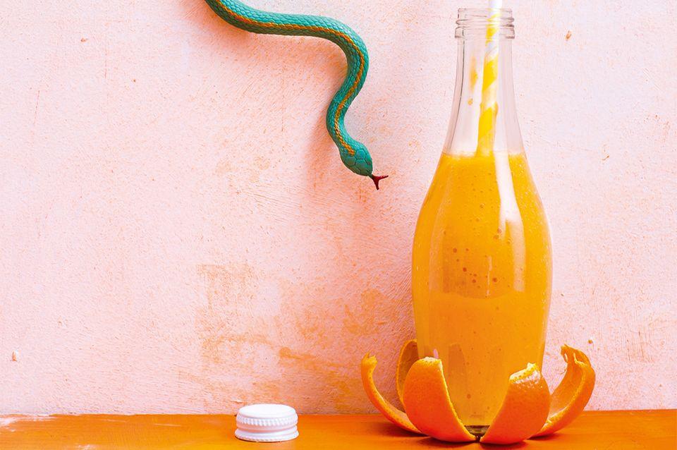 Mango Smoothie in einer Glasflasche