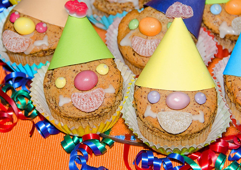 Lustige Muffins mit Clown-Gesicht