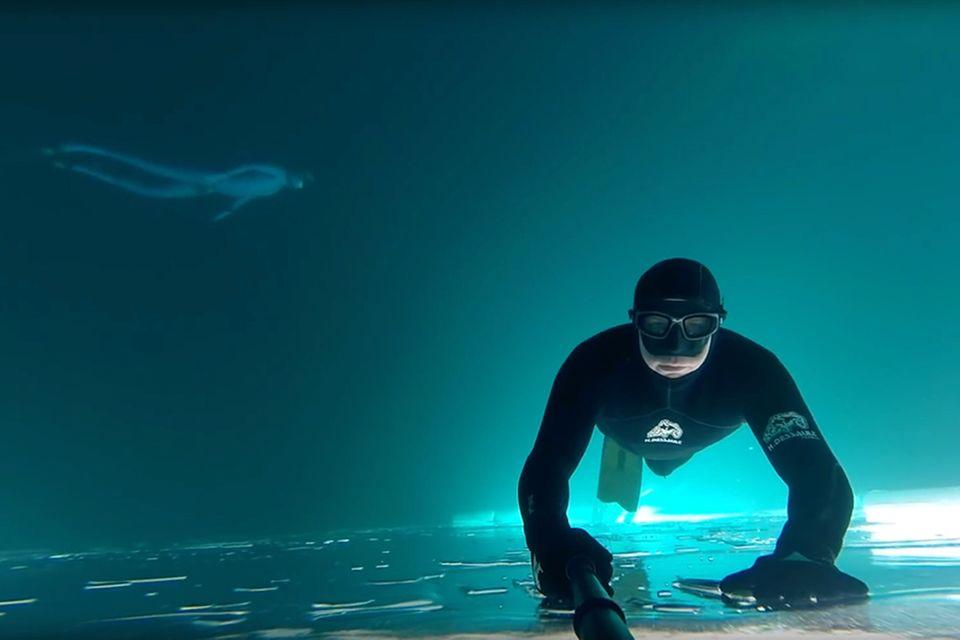 Taucher unter dem Eis