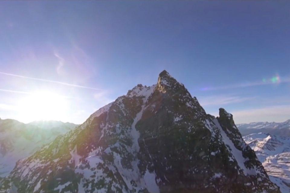 Video-Drohne fliegt über die Alpen