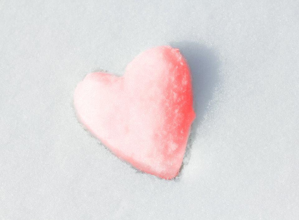 rosanes Herz aus Schnee