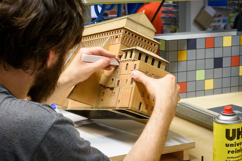 Modellbauer im Miniaturwunderland Hamburg