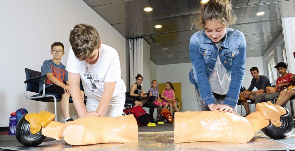 Kinder üben Herzdruckmassage