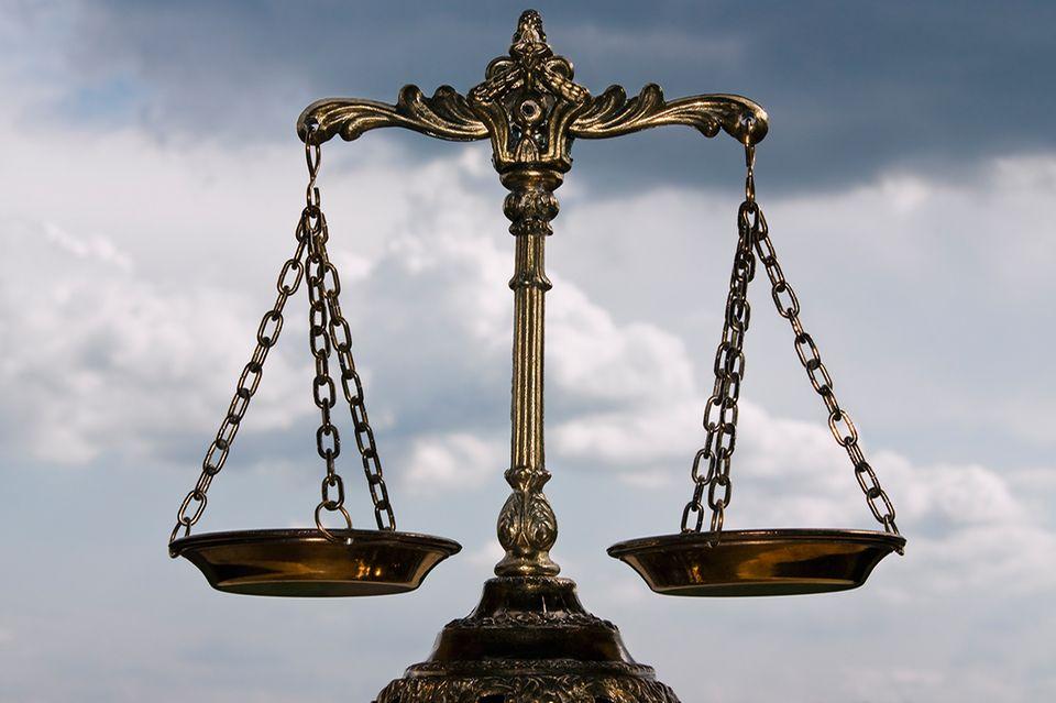 Waage vor Himmel als Gerechtigkeitssymbol