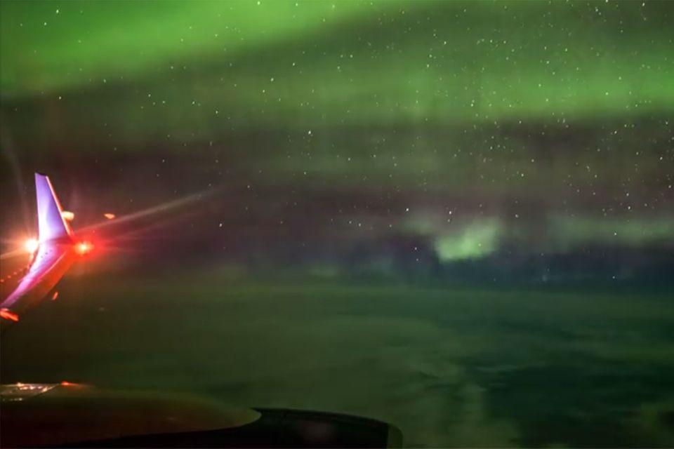 Nordlichter vor dem Flugzeugfenster