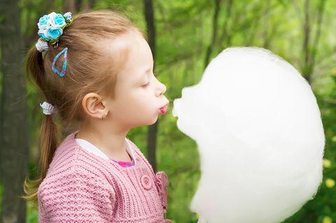 Mädchen küsst ihre Zuckerwatte