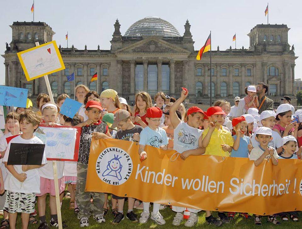 Berliner Jungen und Mädchen vor dem Reichstag