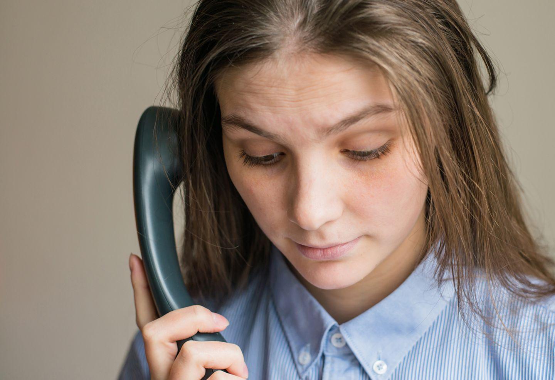 Eine besorgte Frau telefoniert mit der Notrufzentrale