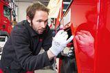 Mitarbeiter besser Kratzer am Feuerwehrauto aus