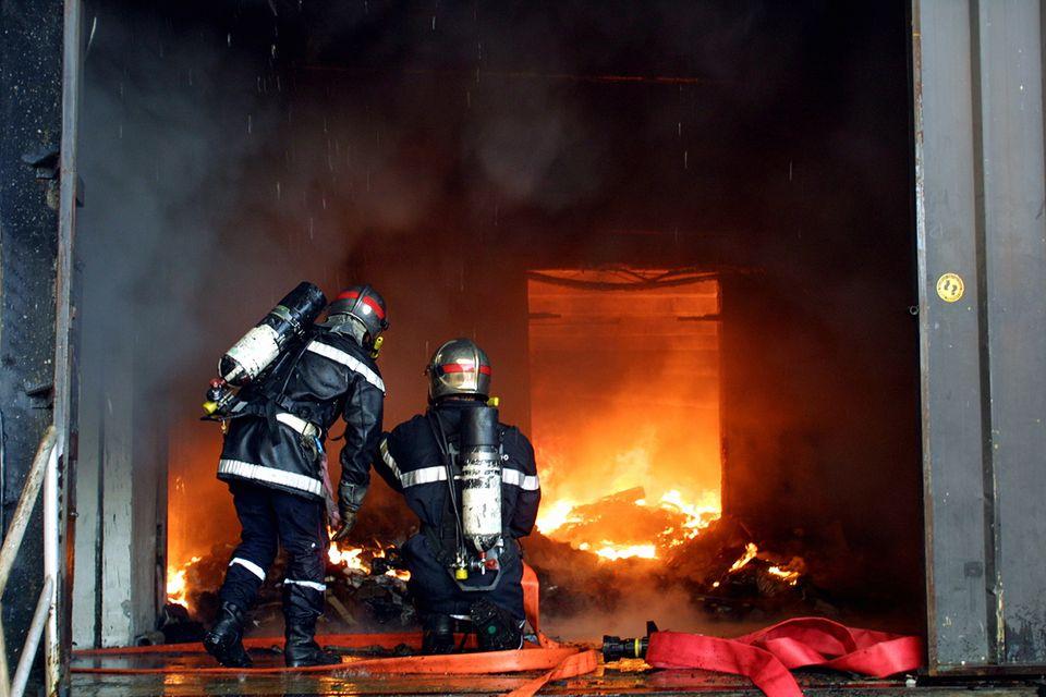 Feuerwehrleute vor dem Brand