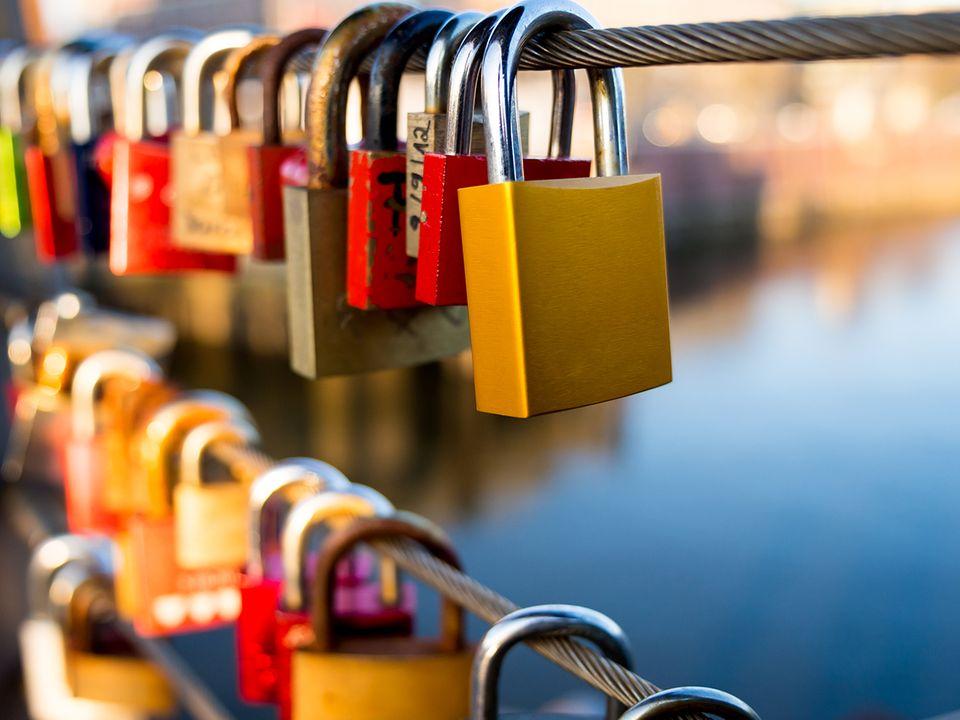 Liebesschlösser an der Brücke