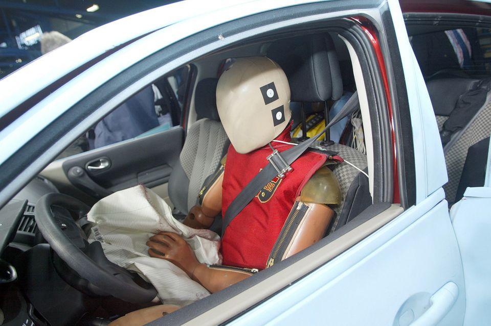 Crashtest mit Dummy im Auto