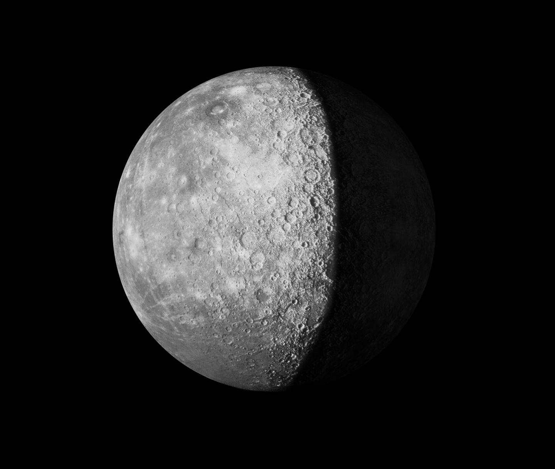 Der Mond vor schwarzem Himmel