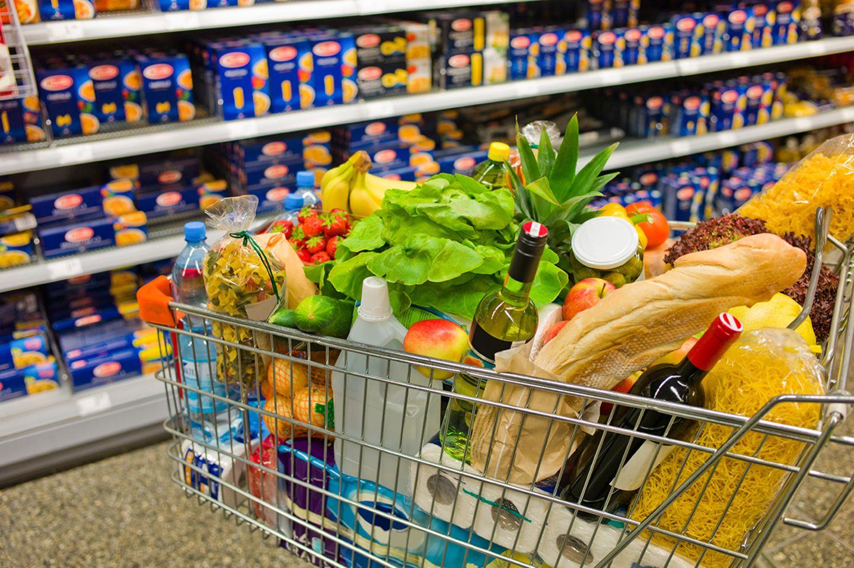Voller Einkaufswagen im Supermarkt