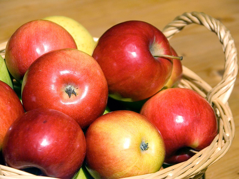 Rote Äpfel im Korb
