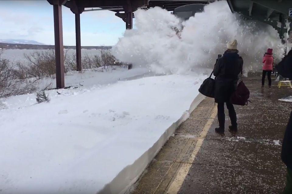 Amtrak-Zugeinfahrt im Schnee