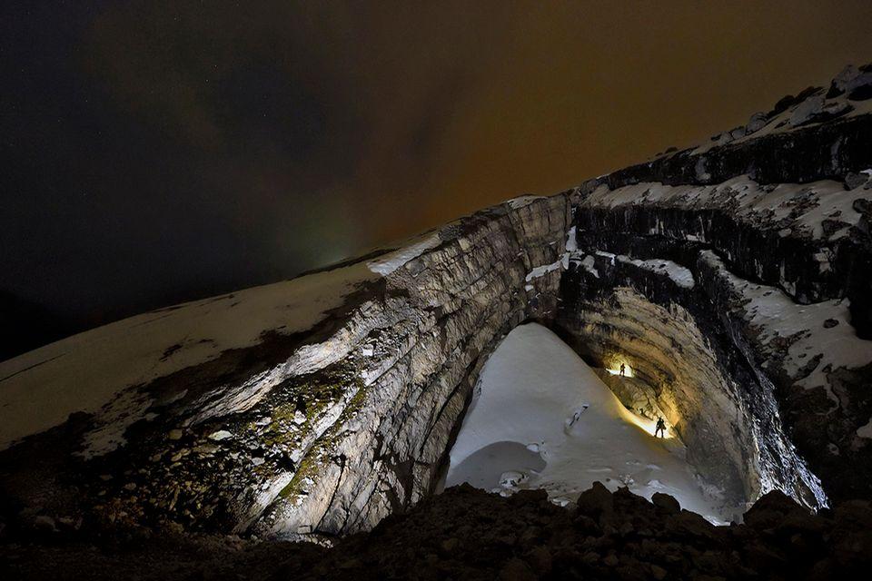Mehr als 70 Meter tief winden sich die Höhlengänge durch das Eis