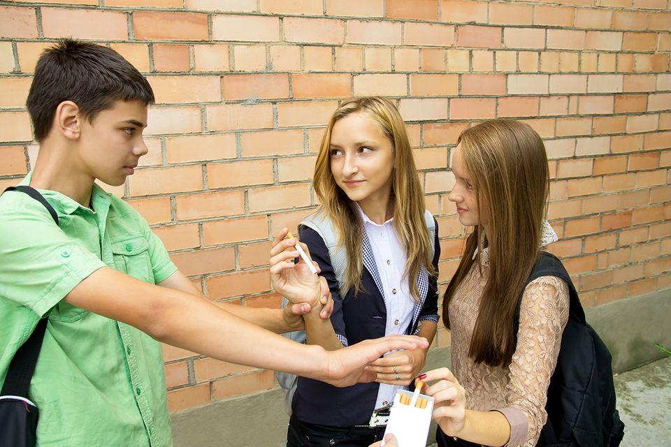 Drei Jugendliche rauchen
