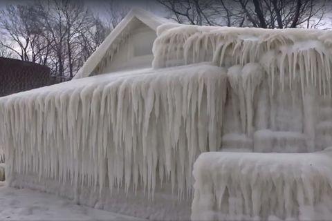 Gefrorenes Haus am Lake Ontario