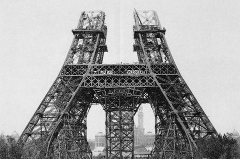 GEO EPOCHE PANORAMA: Für den Wandel der französischen Hauptstadt zur modernen Metropole steht vor allem der Eiffelturm. Denn der Riesenpfeiler ist aus Stahl geschmiedet, dem Werkstoff der Industriellen Revolution (Aufnahme vom Juli 1888)