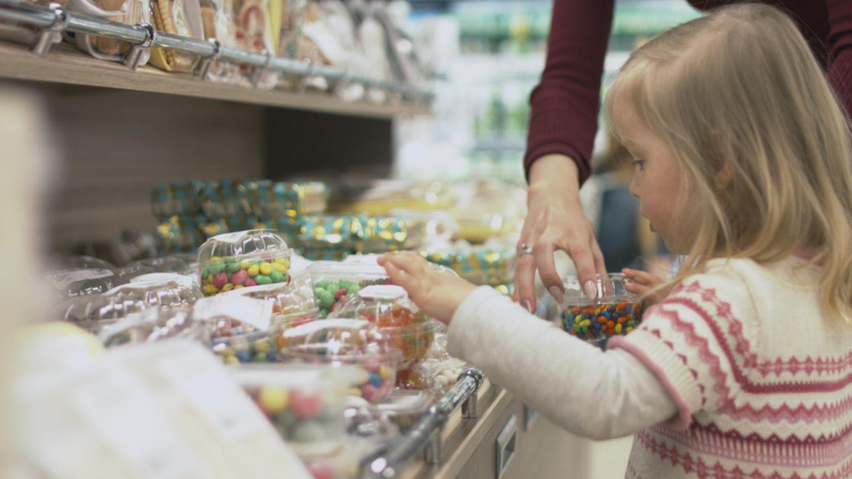 Kind im Supermarkt