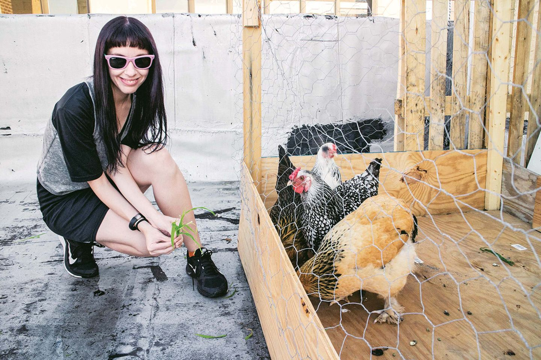 Bloggerin Pamela Reed mit Hühnern