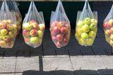 Äpfel in Plastiktüten